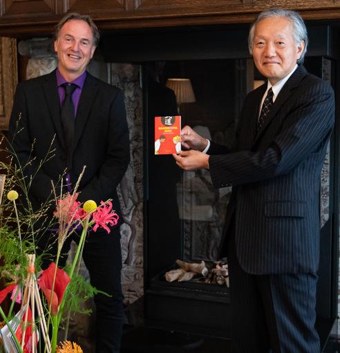 """Uitreiking eerste exemplaar """"Waarde(n)vol budo"""" aan Japanse ambassadeur (incl. foto album)"""