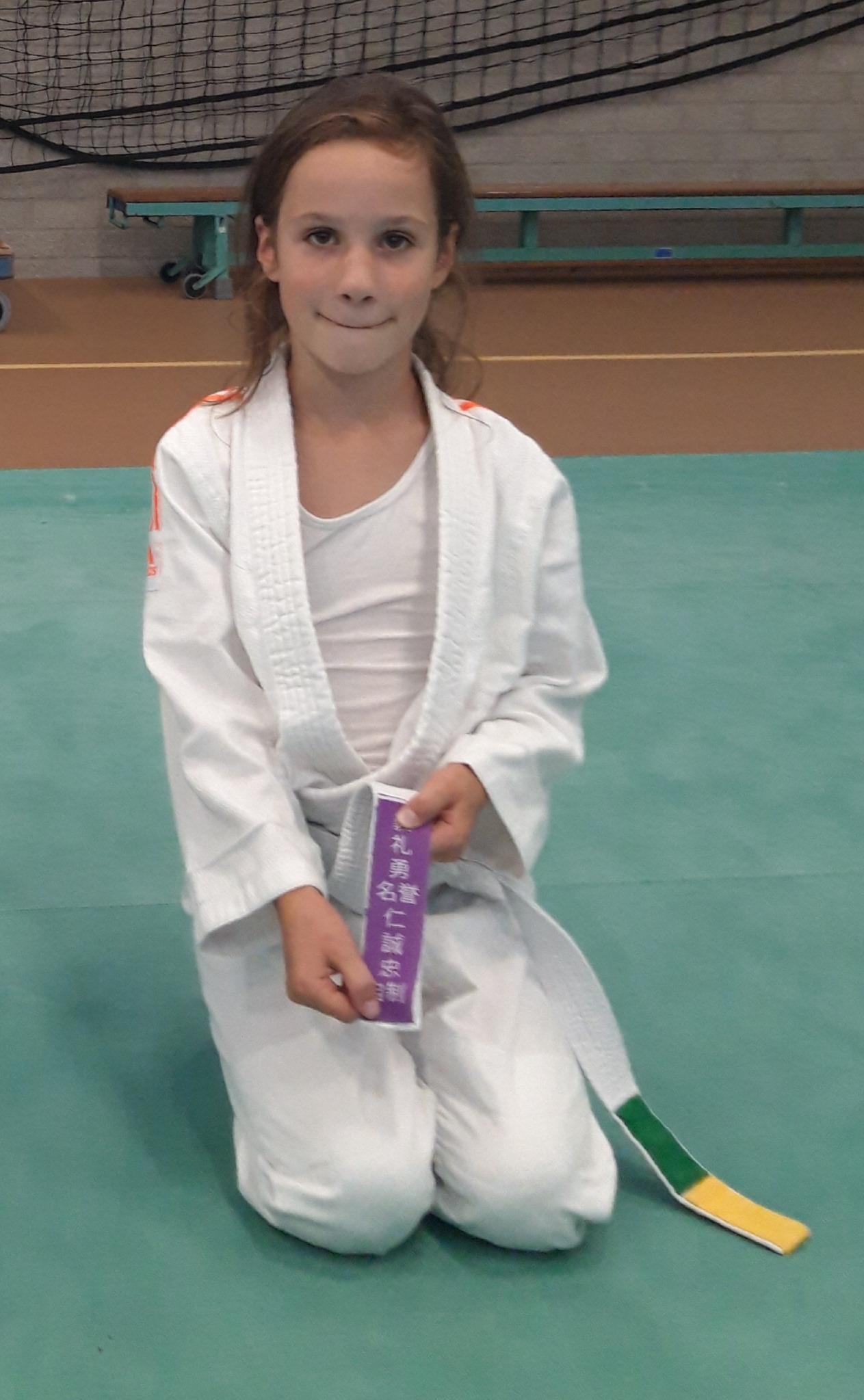 Elin Mussert (8) uit Noordwijk ontvangt budo-badge